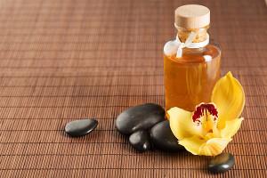 Das Traubenkernöl wirkt besonders bei spröden Haaren